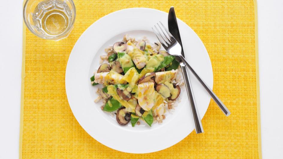Kip met kerrie-ananassaus, peultjes en notenrijst