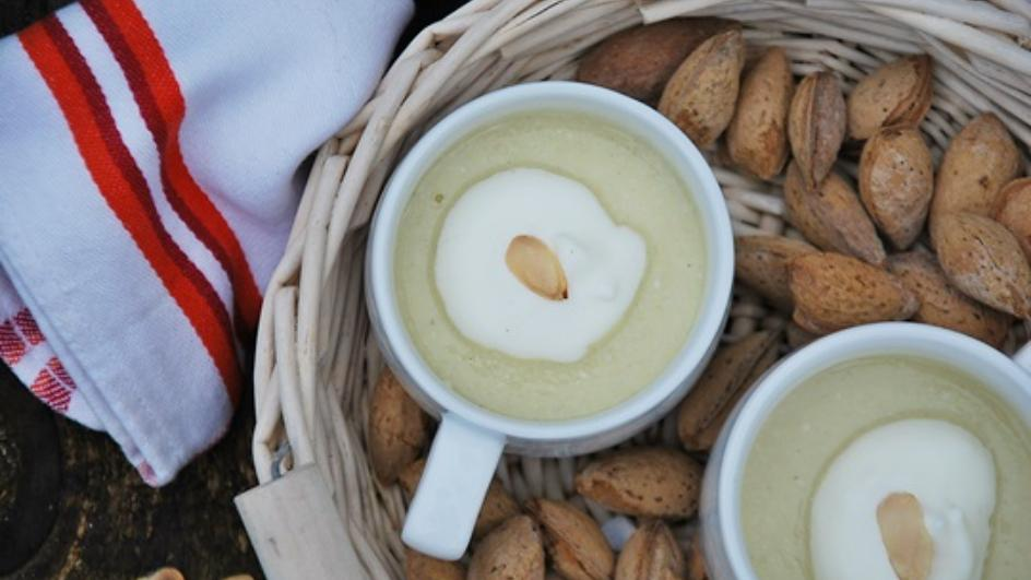 Wykwintna zupa migdałowa z winem