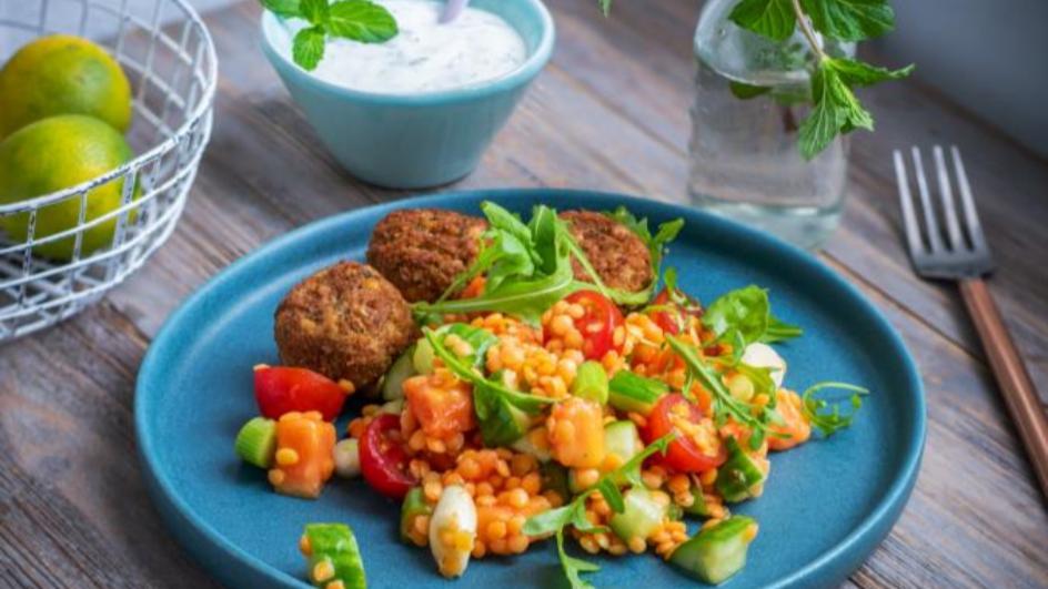 Falafel mit Linsen-Papaya-Salat und Minz-Joghurt