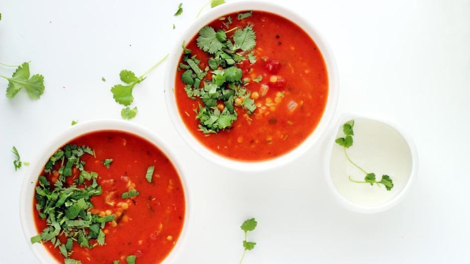 Pikantna zupa z soczewicy z chili, pieczonym czosnkiem i kolendrą