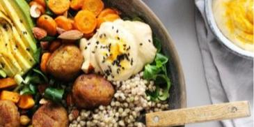 Buddha bowl so sladkými zemiakmi, hummus a Garden Gourmet falafelom