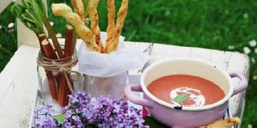 Zupa z rabarbarem i paluchami z ciasta francuskiego