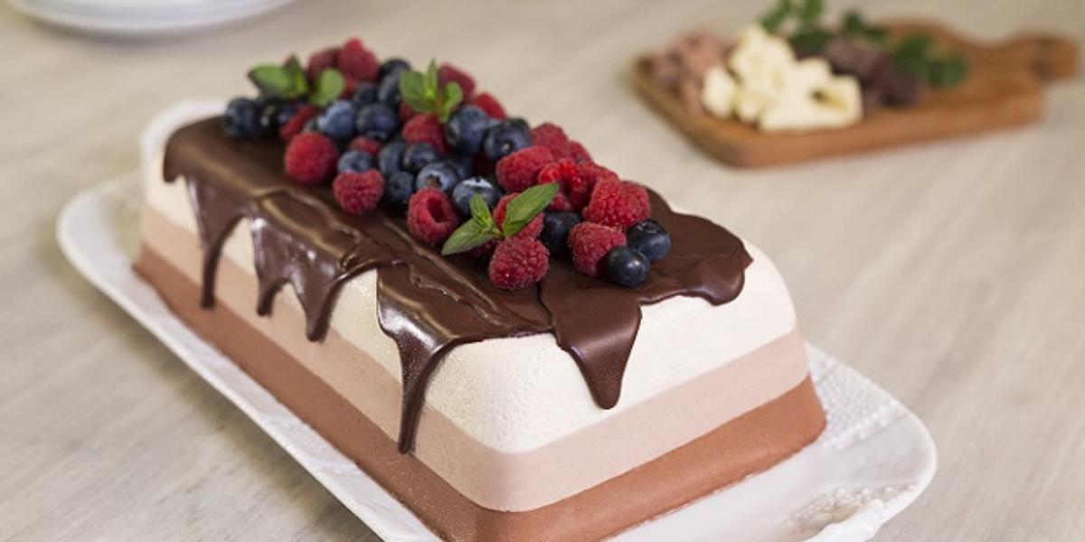 Pastel helado de tres chocolates