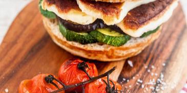 Burger s grilovanou zeleninou a syrom halloumi