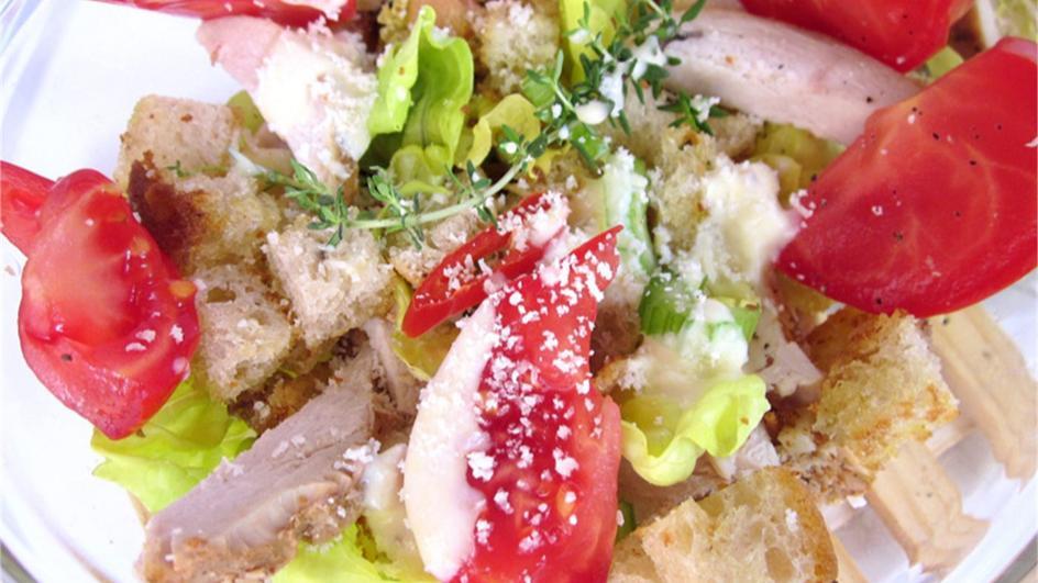 Sałatka z kurczakiem i grzankami o smaku czosnkowym