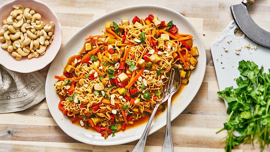 Asiatische Gemüse-Nudelpfanne mit Tofu