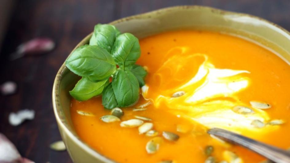Zupa z pieczonej dyni ze śmietaną i pestkami dyni