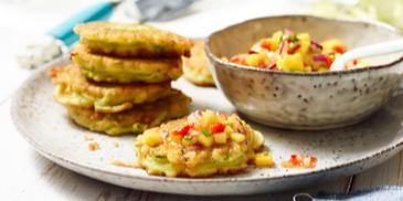 Zucchini-Pancakes mit Mango-Salsa