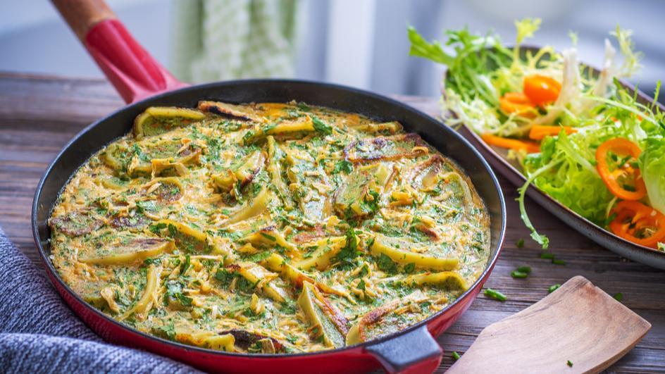Maultaschen-Zwiebel-Frittata mit frischen Kräutern