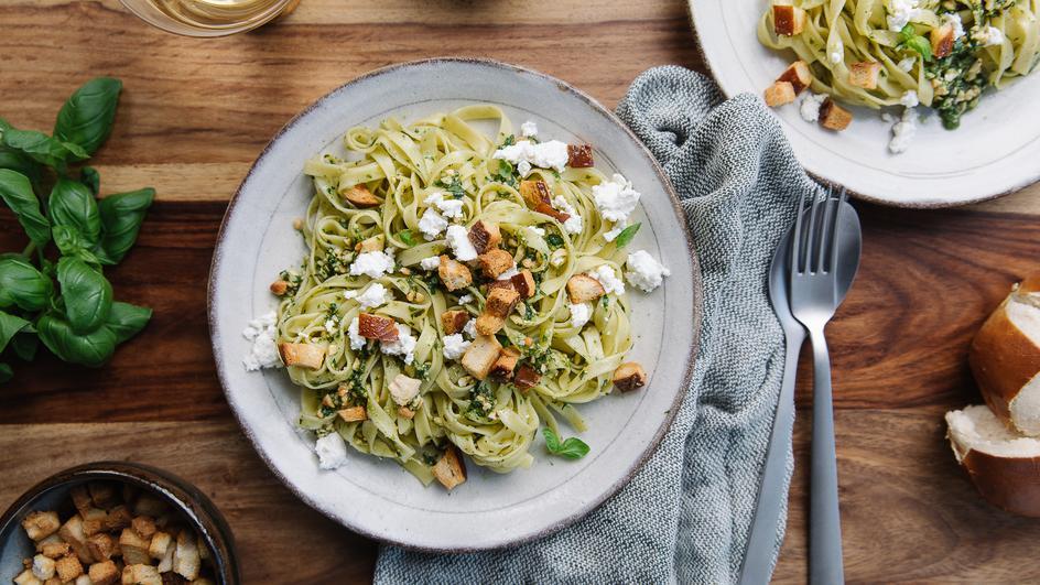 Tagliatelle mit Basilikum-Pesto und Ricotta