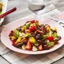 Blattsalat mit Erdbeeren und Mozzarella