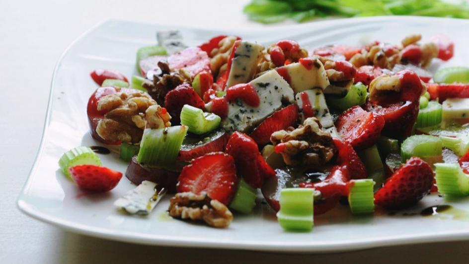 Sałatka z truskawek, selera i sera pleśniowego