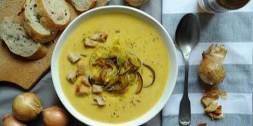 Zupa cebulowa z serkiem topionym i grzankami