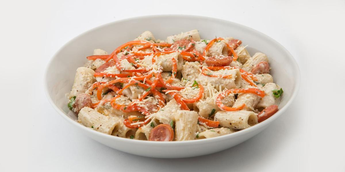 Pasta cremosa con chorizo y vegetales