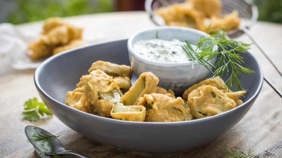 Fried Pickles (Frittierte Essiggurken) mit Ranch Dressing