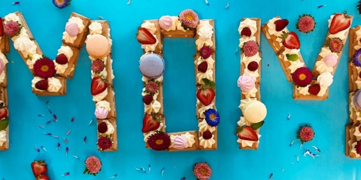 Pastel de letras con frutos rojos