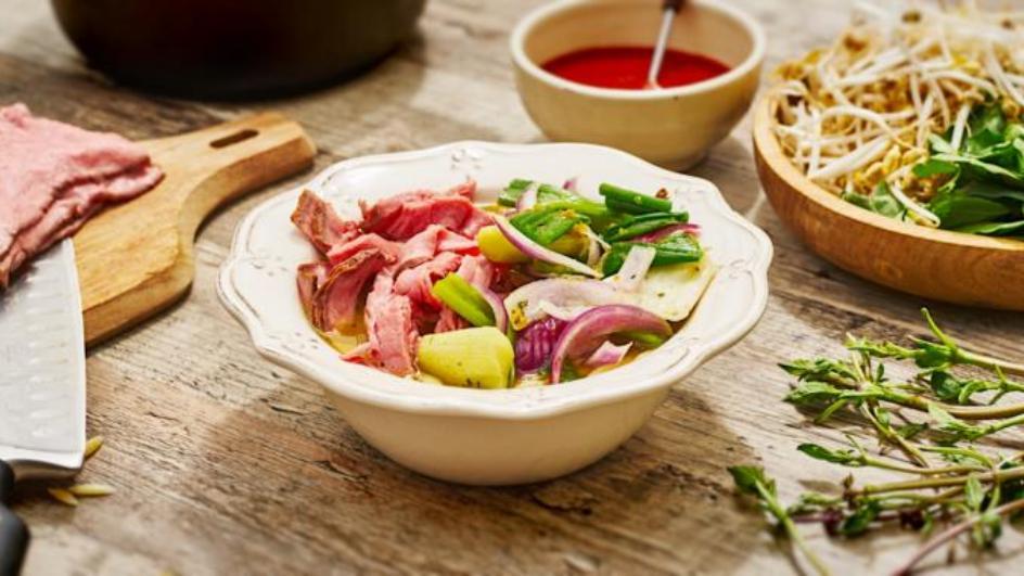 Vietnamesische Pho Bo Suppe mit Roastbeef