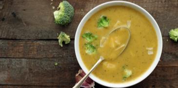 Zupa z cukinii i brokułów z dodatkiem batatów