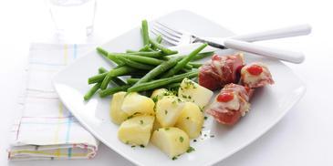 Rookworst uit de oven, gekookte aardappelen en sperziebonen