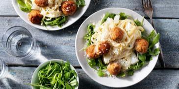 Spaghetti met witte asperges en kipgehaktballetjes