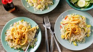 Gebakken rijst met groenten en omeletreepjes