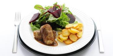 Slavink met gebakken aardappelschijfjes en rode bietensalade