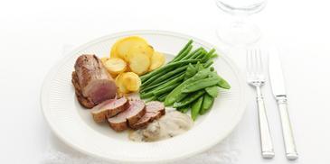 Varkenshaas met gebakken aardappelen en groenten