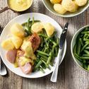 Varkenshaasje met kerriesaus, gekookte aardappelen en sperziebonen