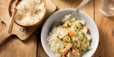 Rijst met zalmblokjes en groenten