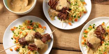 Gegrilde biefstuk spies met pepersaus en groenten couscous