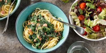 Spaghetti met spinazie, kaassaus en spekjes