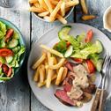 Biefstuk met pepersaus, salade en friet