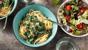 Roerbaknoedels met zalm en groenten