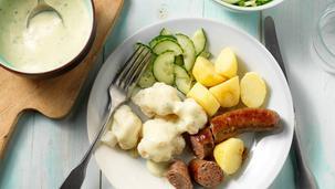 Bloemkool met kaassaus, rundersausijs, gekookte aardappels met jus en komkommersalade