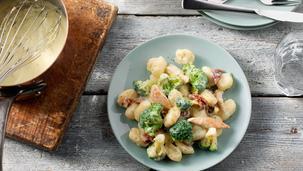 Gnocchi met 4-kazensaus, broccoli, spekjes en gedroogde tomaatjes