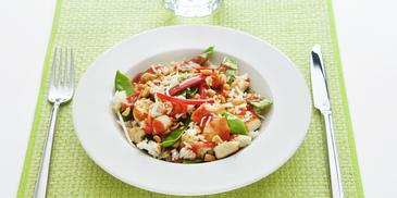 Kipfilet met peultjes, rijst en pinda's