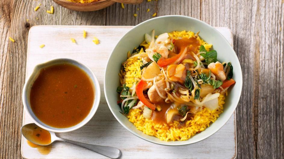 Kipfilet met jus, roerbak groenten, ananas en gele rijst