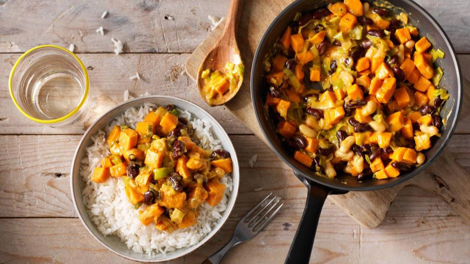 Vegetarische dagschotel met kerrie, zoete aardappel en kidneybonen