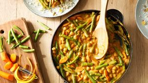 Vegetarische dagschotel met paprika, sperziebonen en satésaus