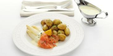 Witte asperges met gerookte zalm en krieltjes