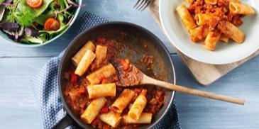 Rigatoni met salami en gegrilde paprika