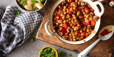 Vegetarisch pannetje met aardappelen, paprika en kikkererwten