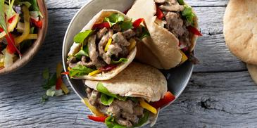 Pitabroodjes met salade en rundvlees in pepersaus