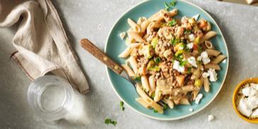 Vegetarische pasta met linzen, geitenkaas en champignonsaus