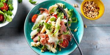 Pastasalade met asperges en serranoham