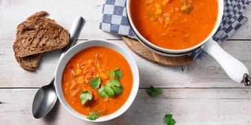 Thaise tomatensoep met linzen en koriander