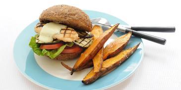 Kipburger met gegrilde aubergine en geroosterde zoete aardappel