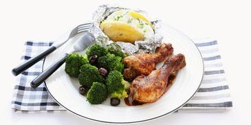 Kipdrumsticks met gepofte aardappel en broccoli