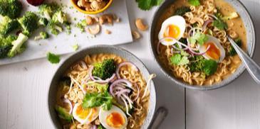 Thaise groene currysoep met noedels, broccoli en ei
