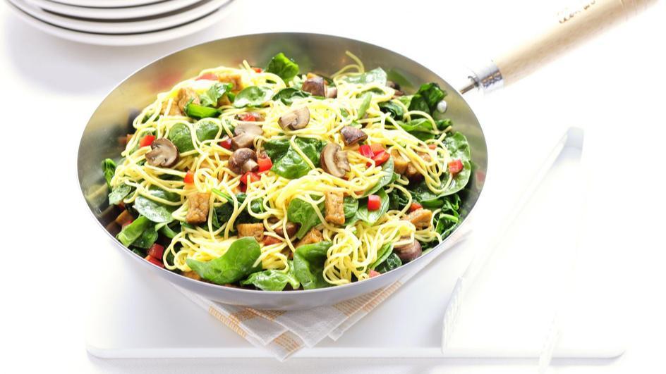 Mie met spinazie, vegablokjes en champignons